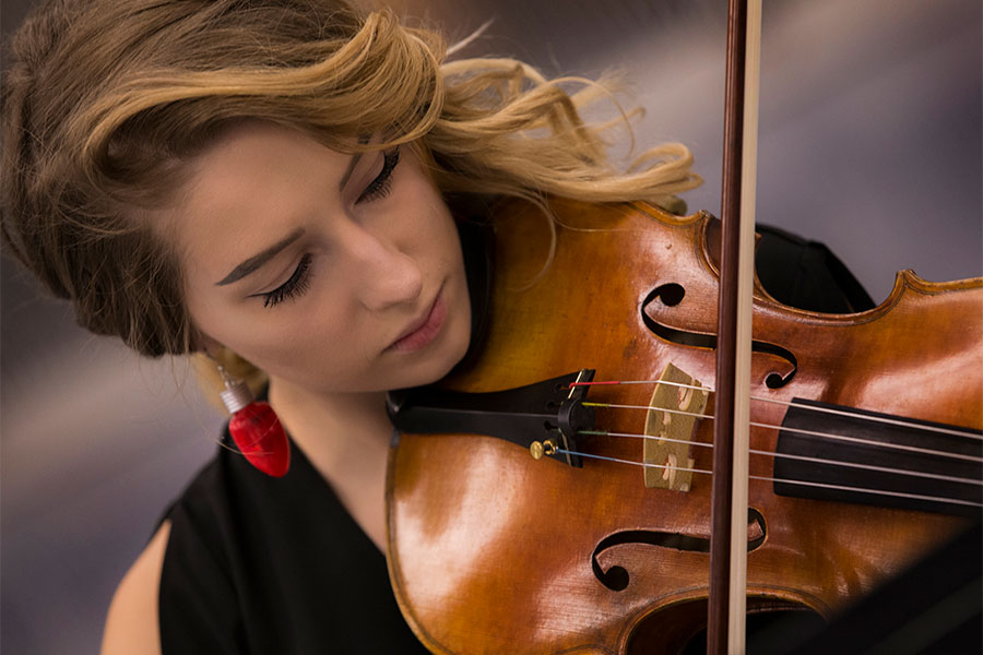 Music student plays violin on the University of Wisconsin Whitewater campus